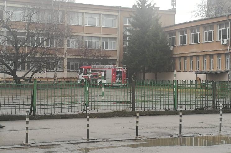 """Пожар в 93 училище """"Александър Балан"""", евакуираха децата на двора, няма пос"""