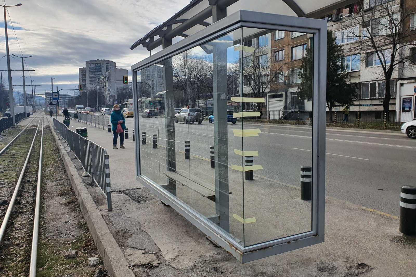 """Пак възстановиха счупените спирки на бул. """"Възресение"""" и ул. """"Добротич"""""""