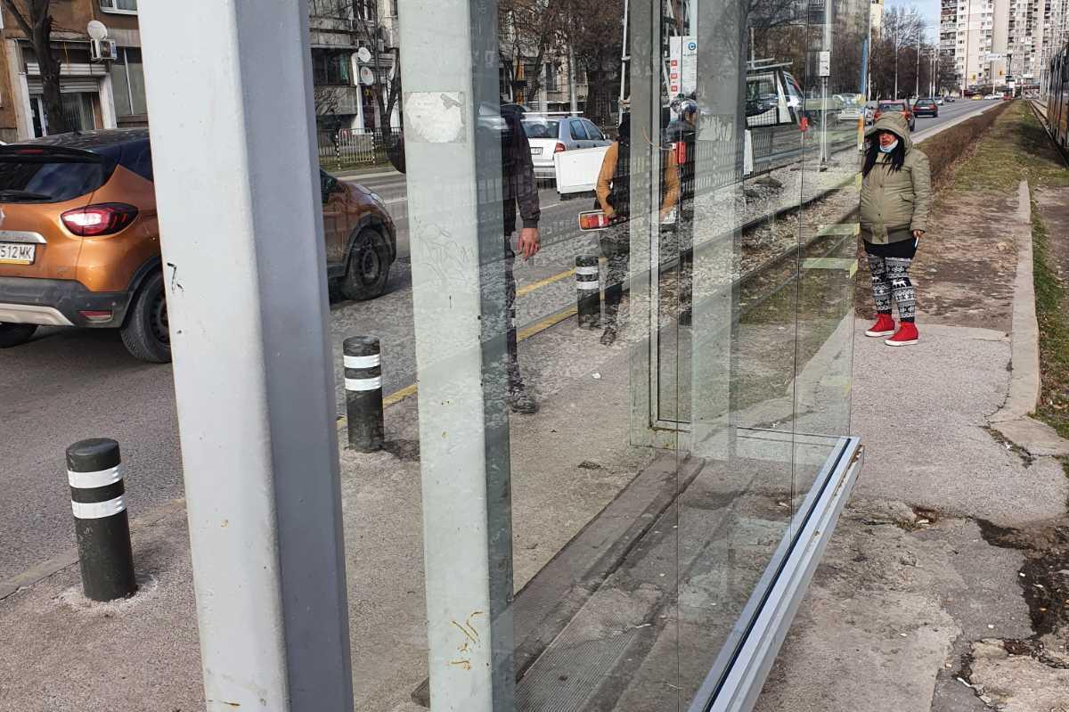 """Пак възстановиха счупените спирки на бул. """"Възкресение"""" и ул. """"Добротич"""""""