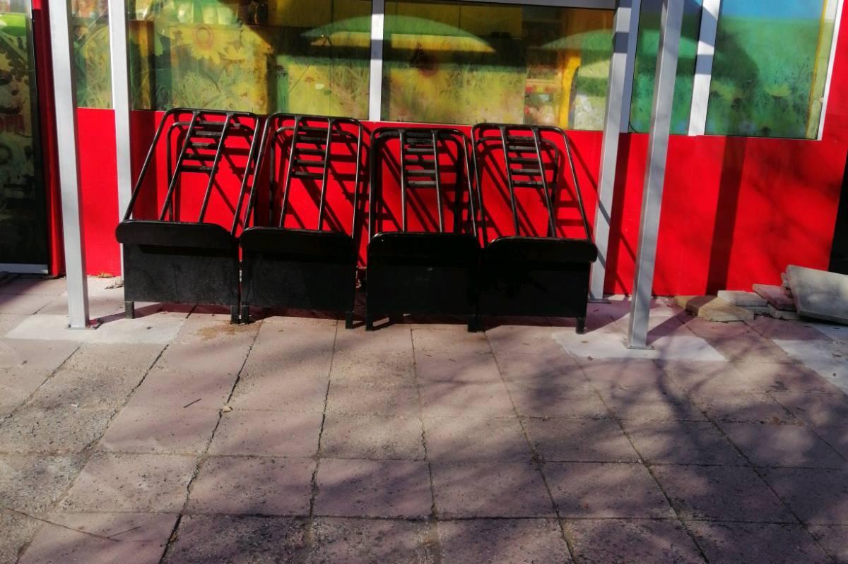 """Глобиха търговци в """"Изток"""" за стелажи  пред обекта без разрешение"""