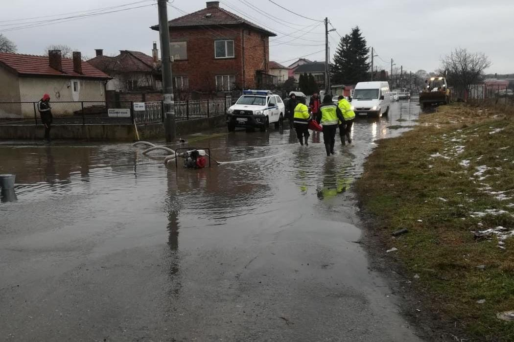6 екипа от Столична община и аварийните служби са работили за отводняването