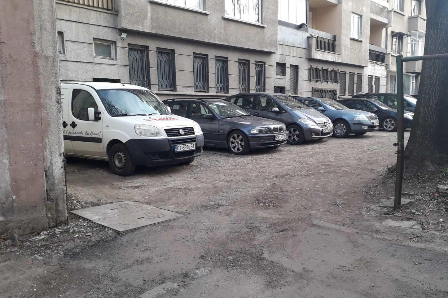 """Махната е незаконна верига, пречеща на паркирането на ул. """"Дунав"""" 58"""