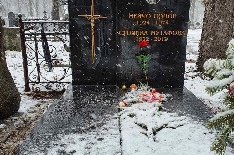 Възстановиха кръста от поругания гроб на Стоянка Мутафова