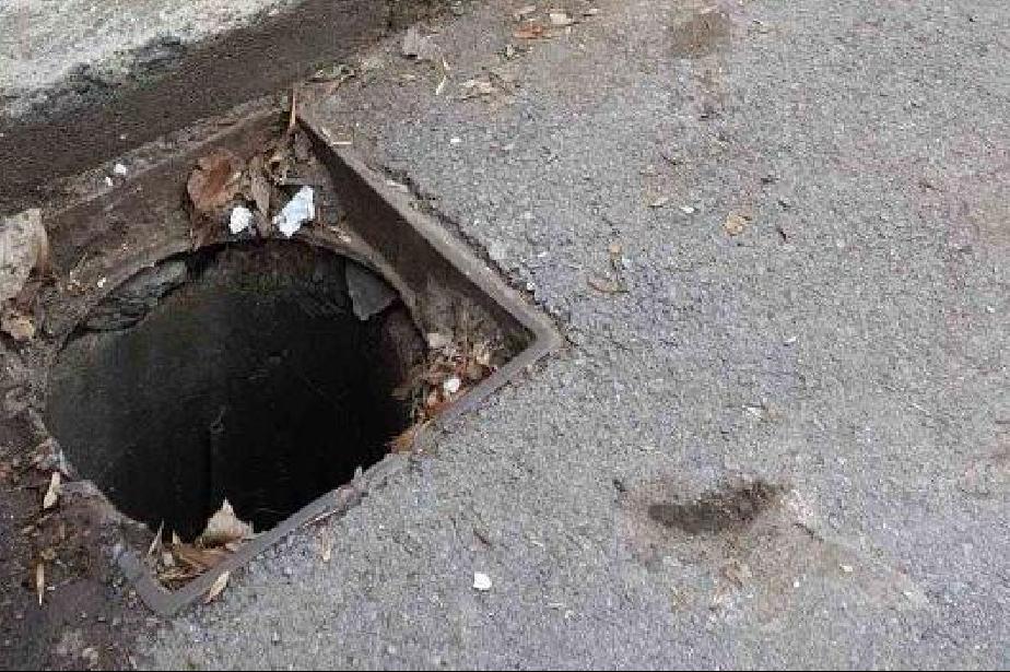 Спешно възстановиха капака на шахта на ул. Персенк(СНИМКИ)