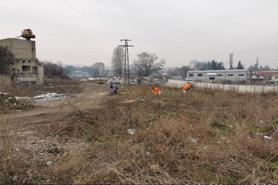Почистиха зелените площи около река Суходолска