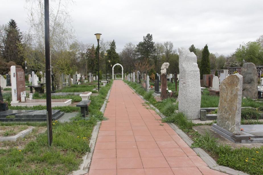 Поругаха гроба на Стоянка Мутафова, откраднали са месингов кръст