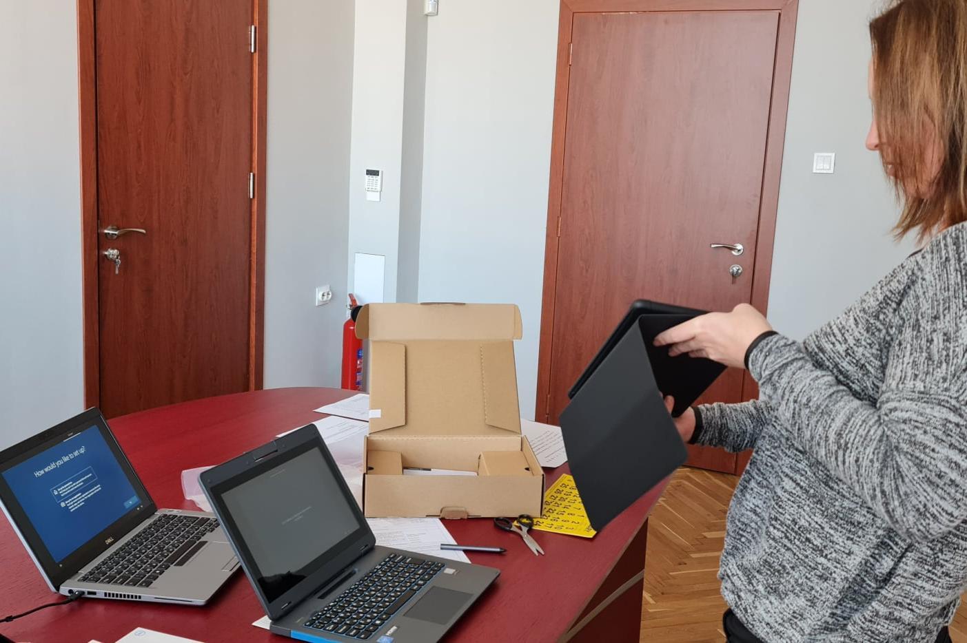 В Банкя закупиха 19 лаптопа и 30 таблета за учителите и учениците от 78 СУ