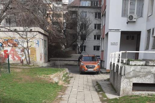 Автомобили паркират на пешеходна зона в Белите брези