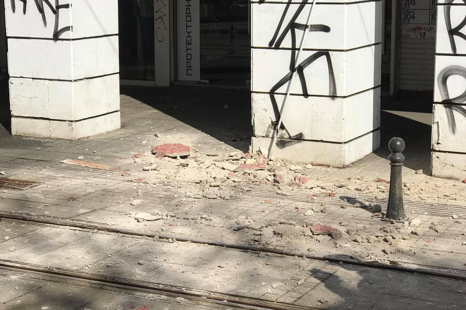 Част от мазилка на сграда падна върху трамвайната линия на площад Гарибалди