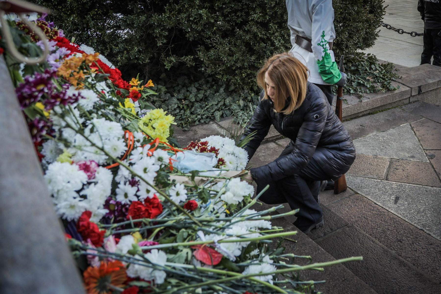 Кметът на София поднесе цветя на паметника на Васил Левски (СНИМКИ)