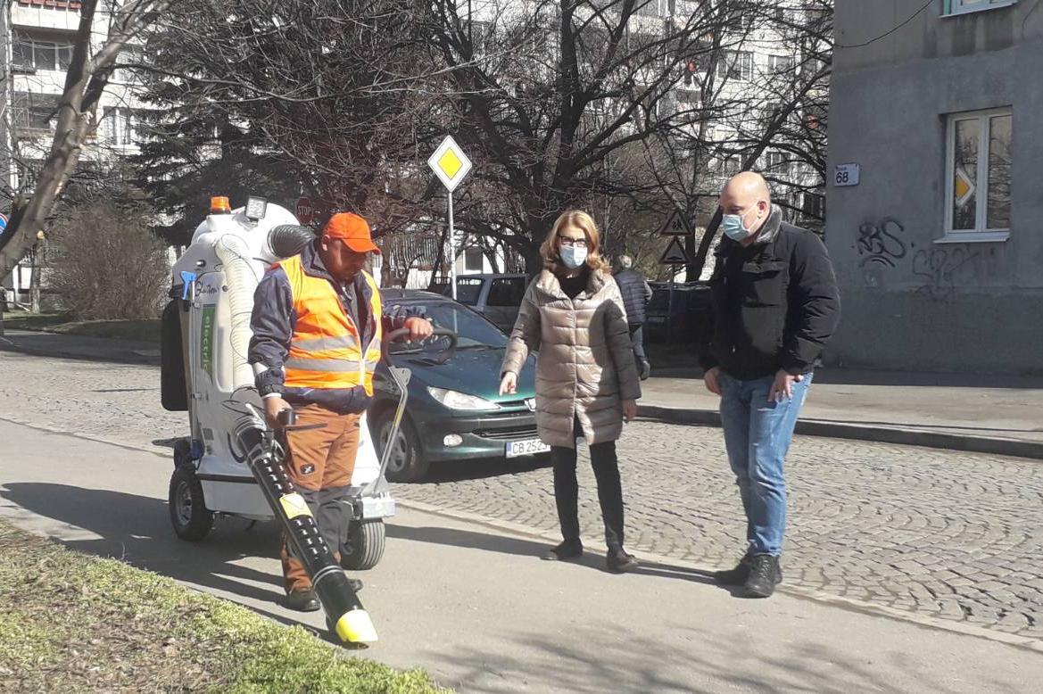 Пуснаха пилотно електрически машини за почистване на тротоари в София