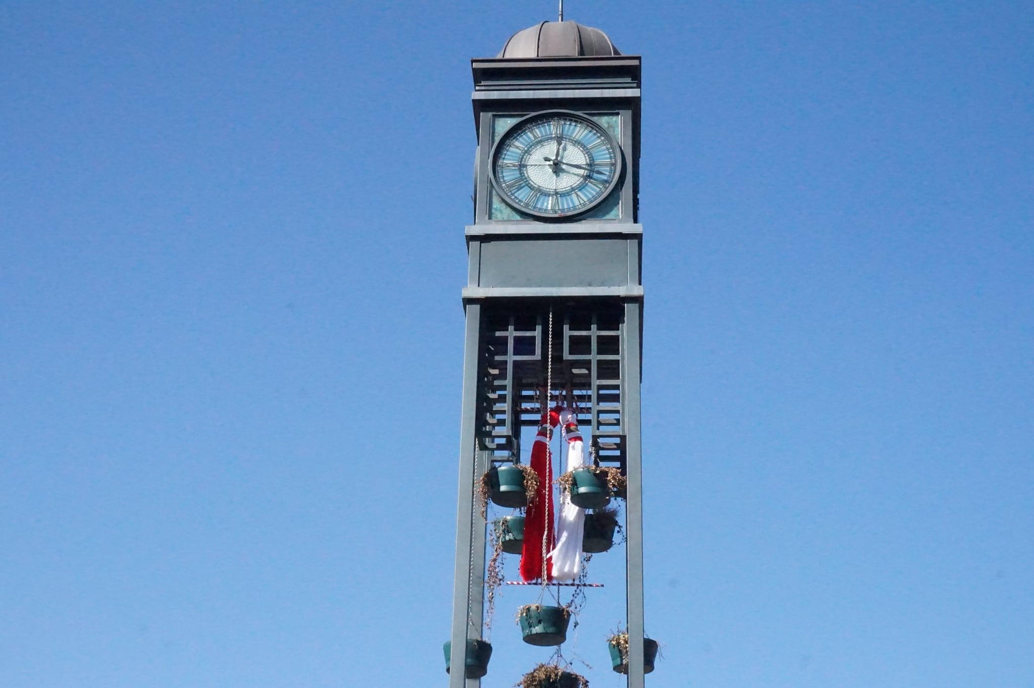 Гигантска мартеница украси кулата с часовника в Банкя