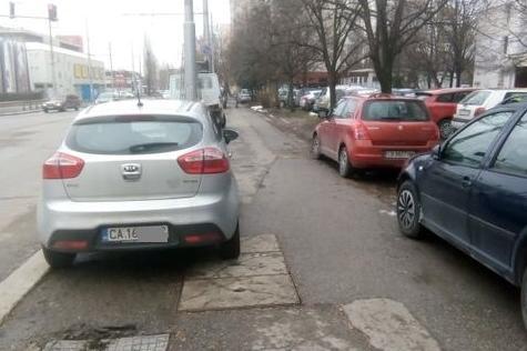 Автомобили пак превзеха тротоар в Люлин 7