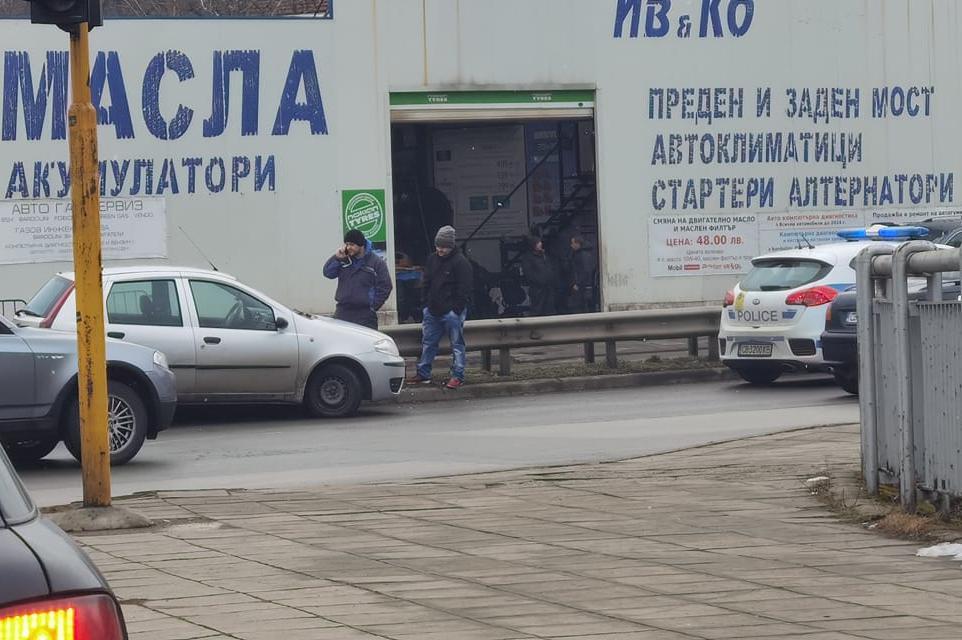 """Шофьор се заби в мантинелата на кръстовището на """"Гешов"""" и """"Възкресение"""""""