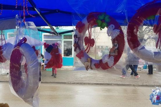 Гигантски мартеници по 30 лв. привличат на пазара в Дружба 1