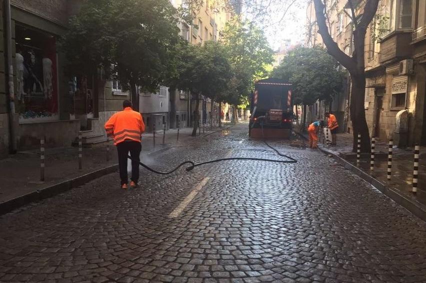 Чистят велоалеи в София, метат и тротоарите