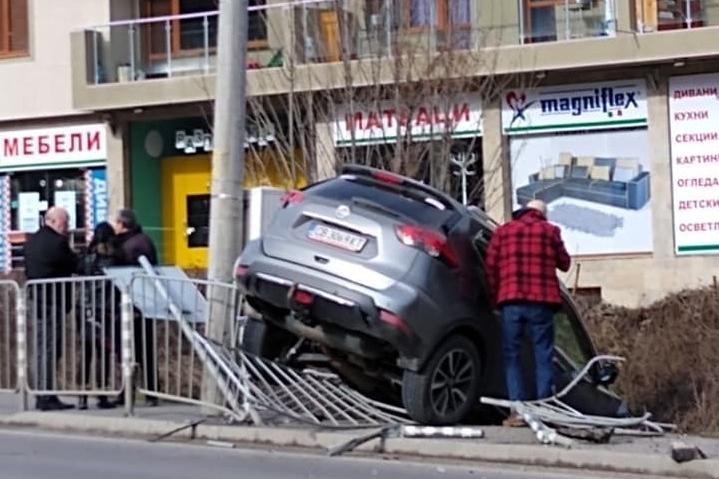 """""""Нисан"""" излетя от пътя на  """"Цар Борис II"""" I, разби метална ограда и се спря"""