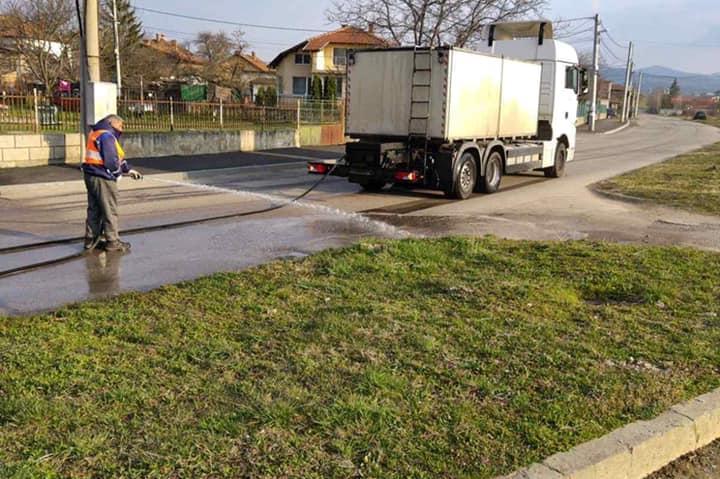 Мият улици в Нови Искър (СНИМКИ)