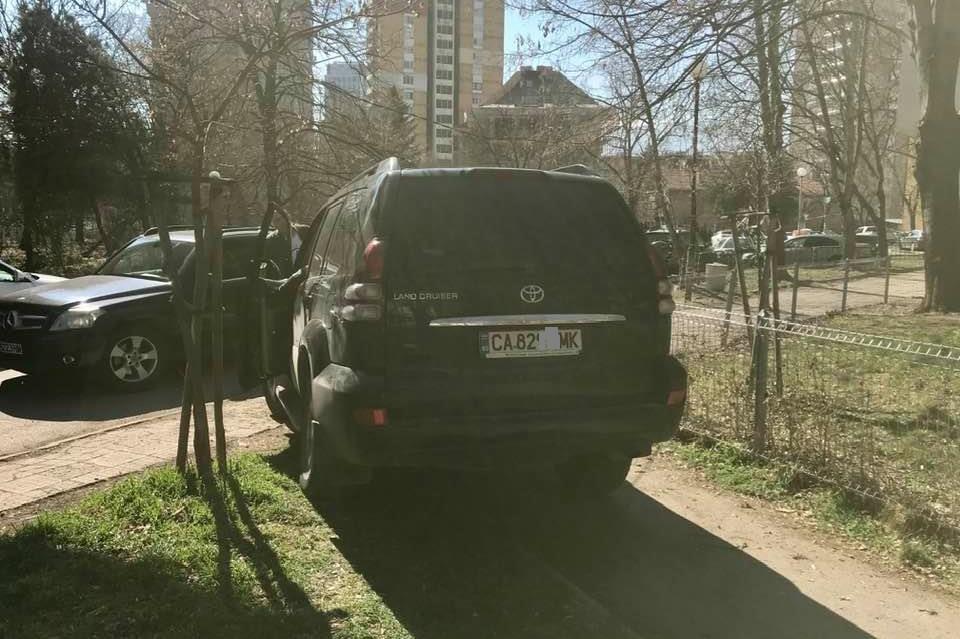Джип в Борисовата градина закачи човек на тротоара