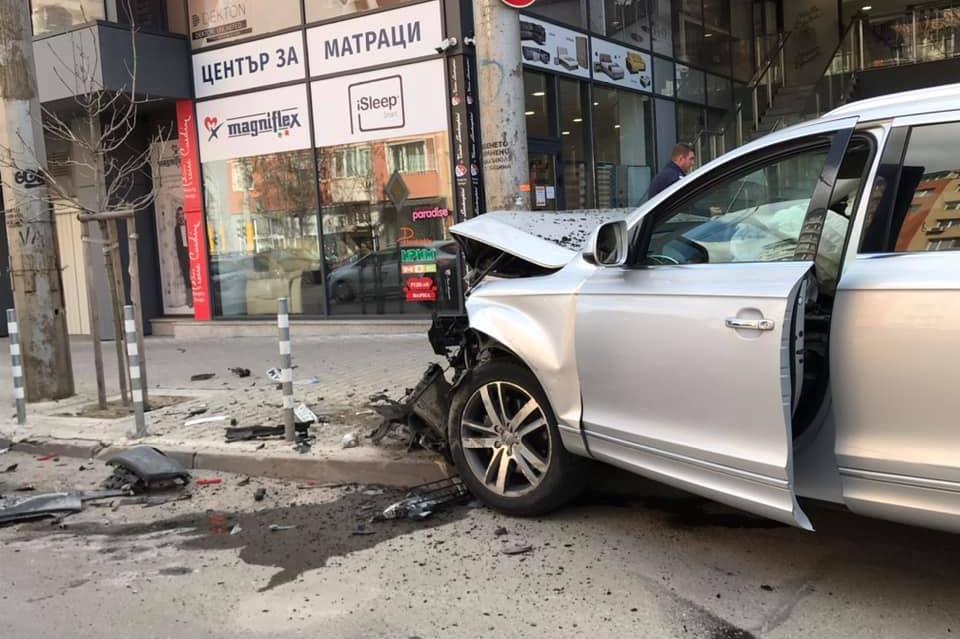 """Катастрофа на """"Дондуков"""" с участието на три коли, """"Ауди"""" се заби в стълб"""