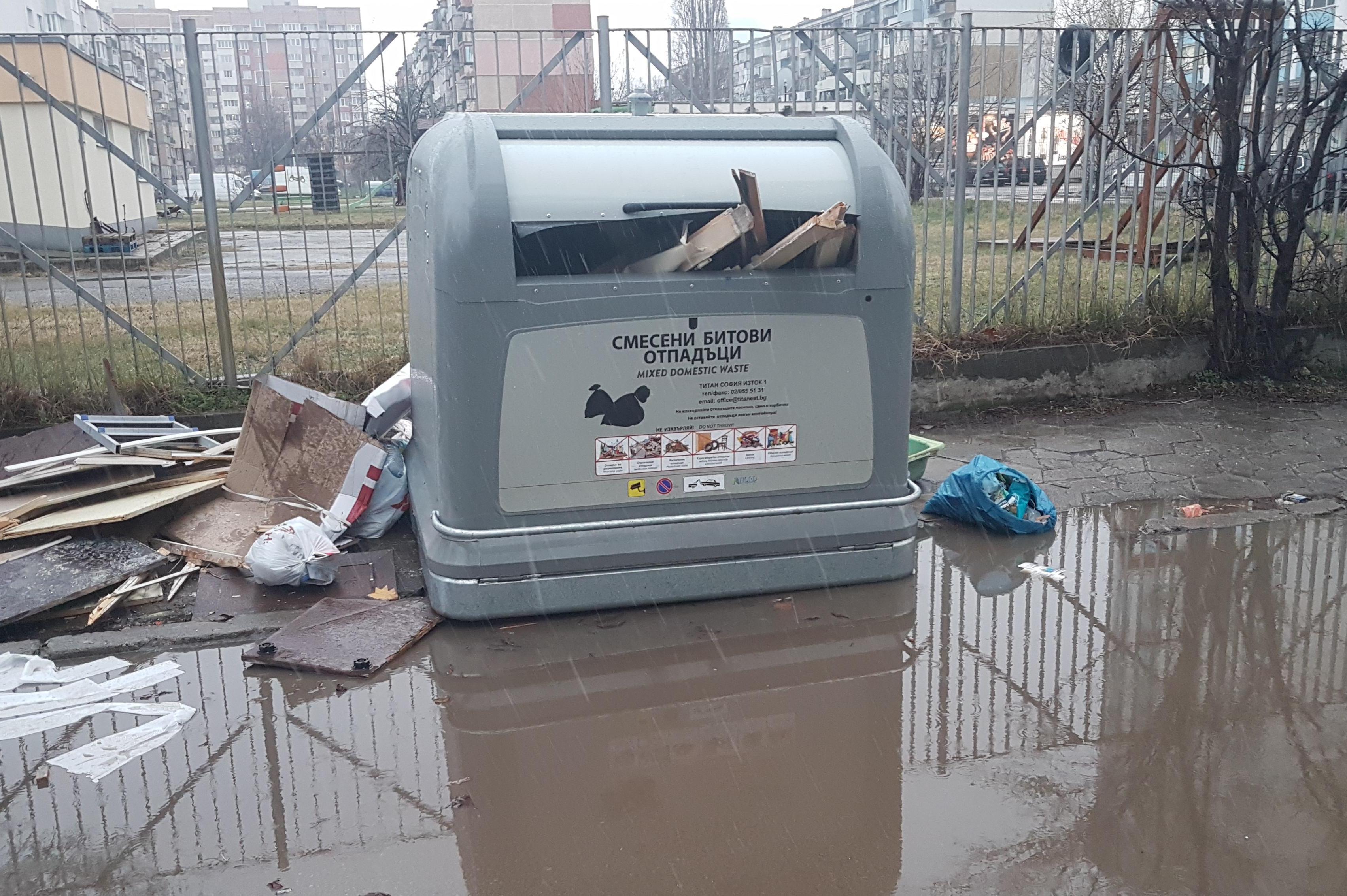 """""""Столичани"""" напълниха  с дограма нов, автоматичен контейнер в Дружба"""