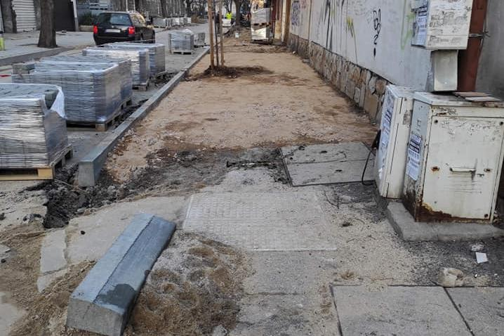 """От """"Оборище"""" ремонтират проблемни тротоари"""