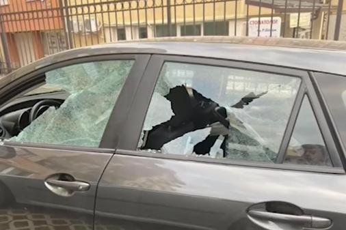 """Кой и защо разбива стъкла на коли в """"Модерно предградие"""""""