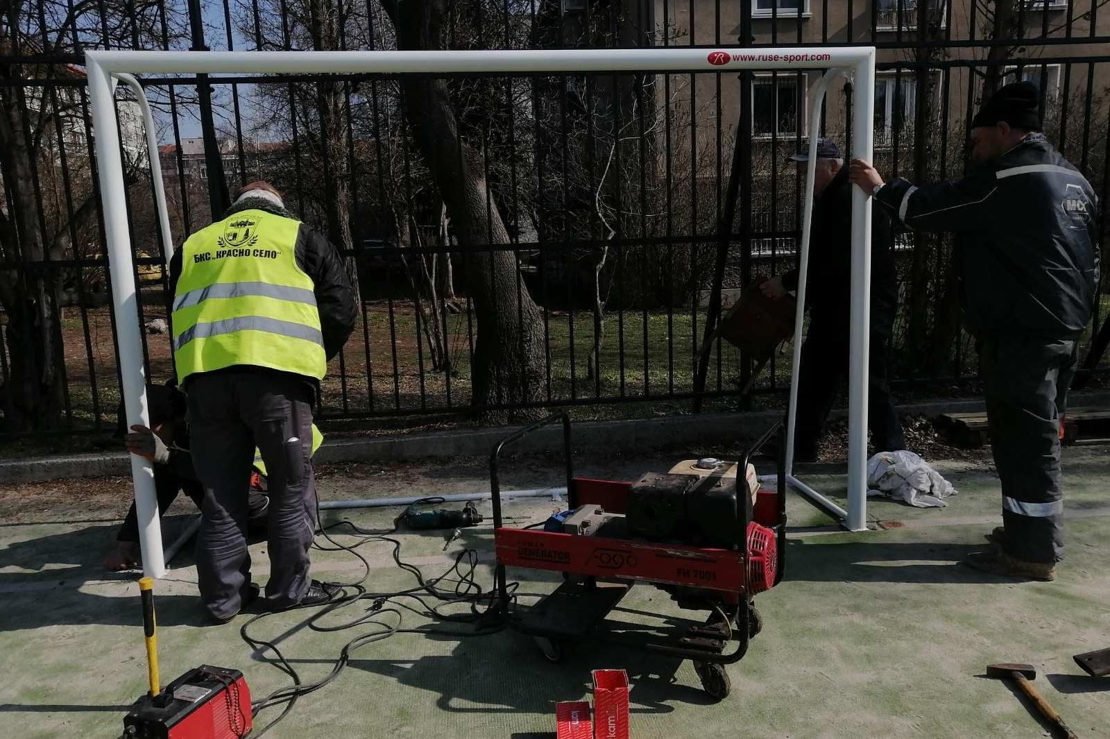 """В """"Красно село"""" започна подмяна на футболни врати и кошове по площадките"""