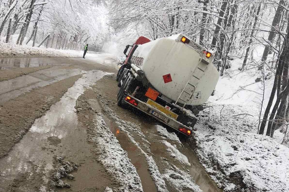 Цистерна с гориво пропадна в канавка край Пасарел, екип на АПП е на мястото