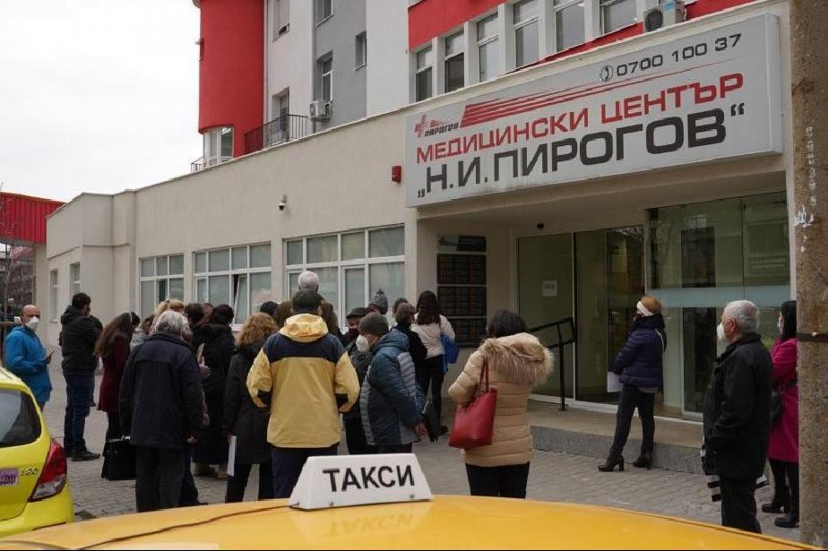 Отново опашки за ваксинация в София