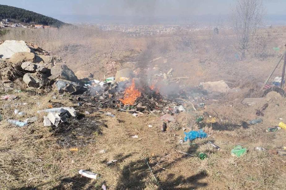 Глобиха строителен работник за горене на отпадъци в Бистрица