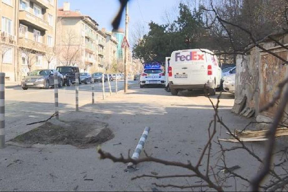 """Бус удари три паркирани коли и колчета на бул. """"Свети Наум"""""""
