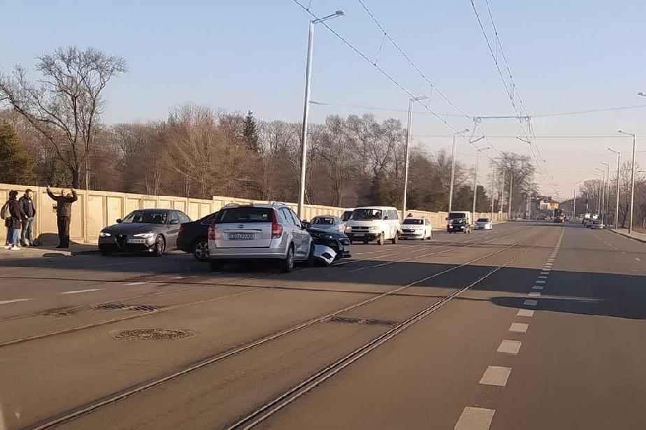 """КИА и Ауди А4 се удариха на трамвайната линия на """"Каменоделска"""""""