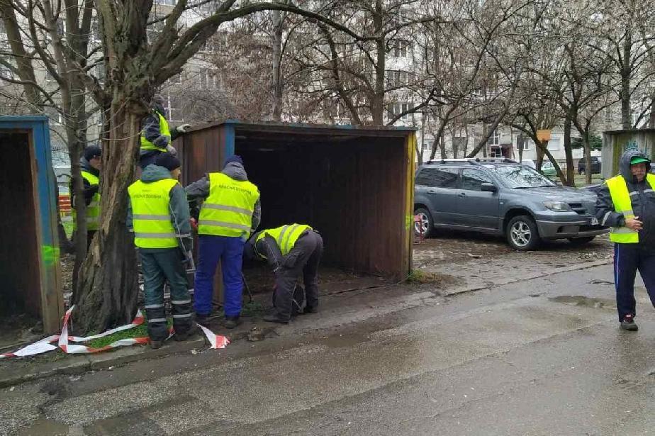"""Още 10 незаконни гаражни клетки са махнати в """"Красна поляна"""""""