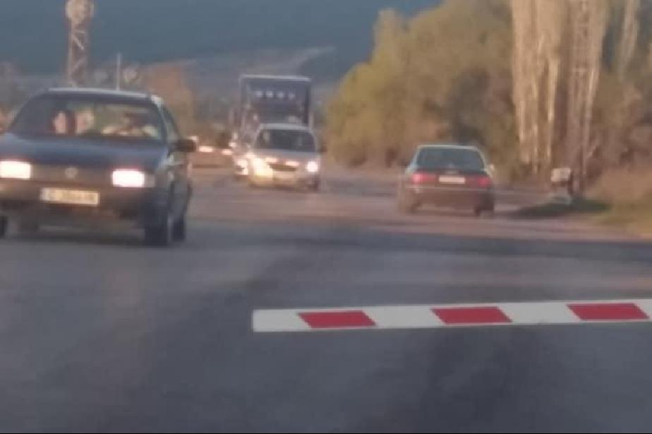 Опасен прелез на Кремиковци, коли минават при спусната бариера