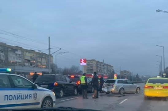 6 коли катастрофираха на Ботевградско шосе в София