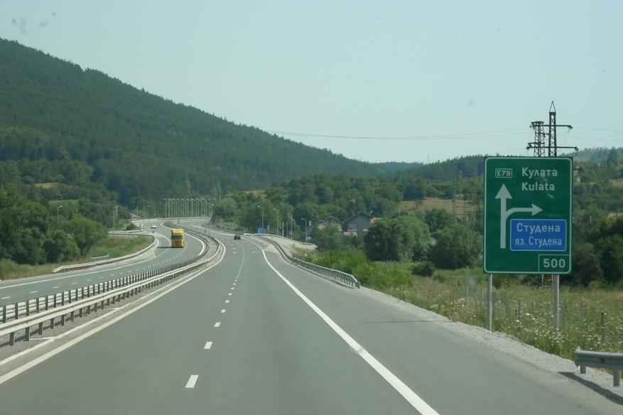 """Движението на """"Струма"""" към София в аварийната лента заради камион с проблем"""