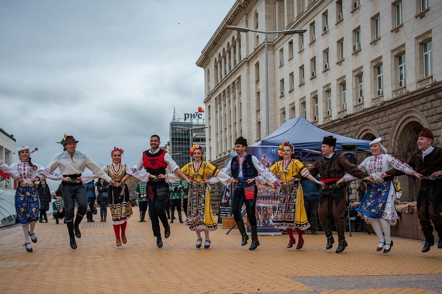 Фолклорни ритми на Ларгото в София, Българе, Чинари и Елика  със спектакъл