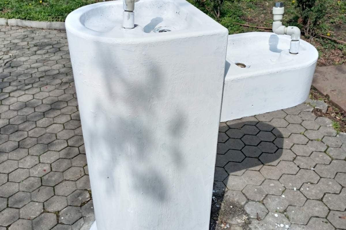 """От """"Паркове и градини"""" изчистиха надрасканата чешмичка при НДК"""
