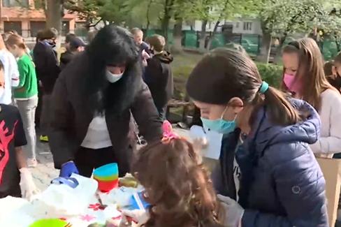 Деца от столично училище боядисват яйца за медици на първа линия и болни от