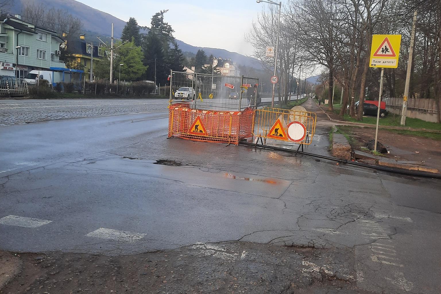 """Гейзер на """"Цар Борис III"""" аварийно спря водата в част от кв. Княжево"""