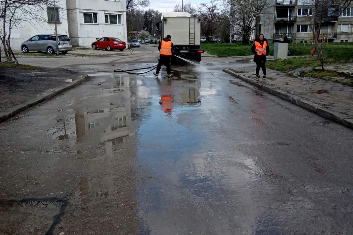 """Измити са основни улици във """"Възраждане"""""""
