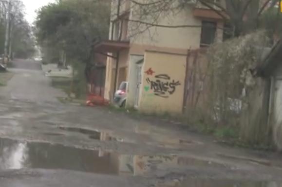 Софийската ул. Добруджански край е без асфалт, с дупки и зелена зона