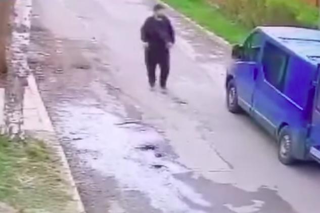 Камери заснеха обир на пари и телефон от бус в Драгалевци