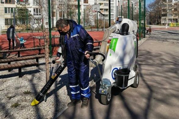 """С машина се чистят алеи и тротоари в столичния """"Възраждане"""""""