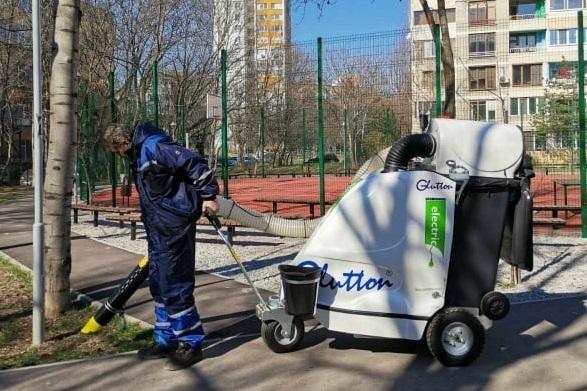 """С машина се чистят алеи и тротоари в столичния """"Възраждане"""" ("""