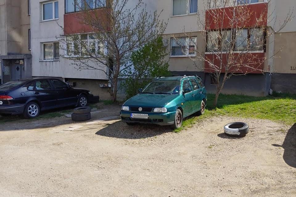 В Младост 4 си паркират под прозорците, пазят си място със стари гуми