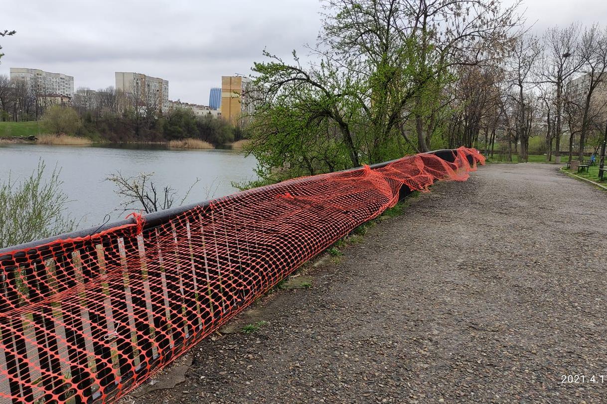Опасната ограда край езерото в Дружба е на частен терен