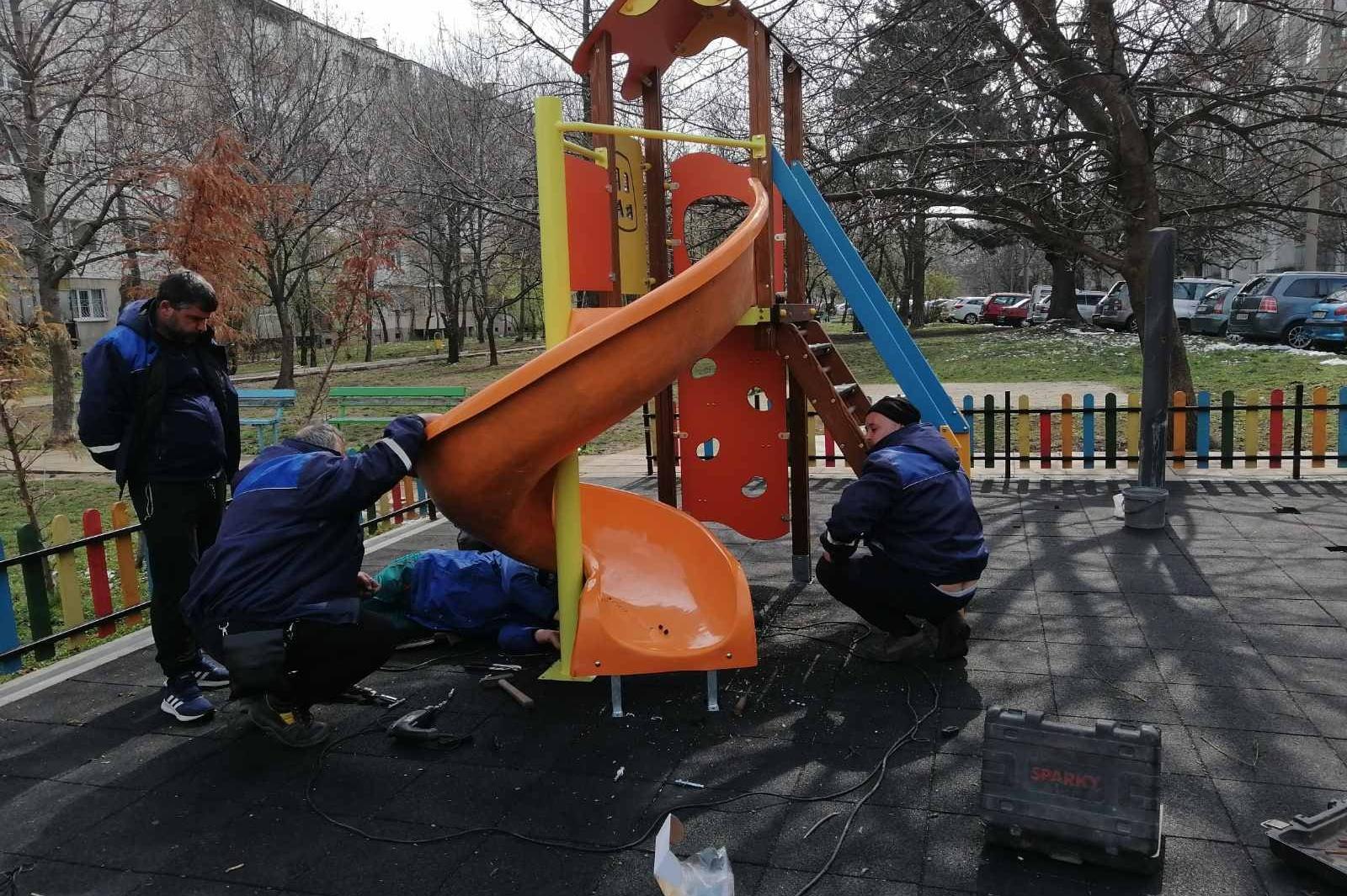 """Започна смяната на стари и опасни уреди от детските площадки в """"Красно село"""
