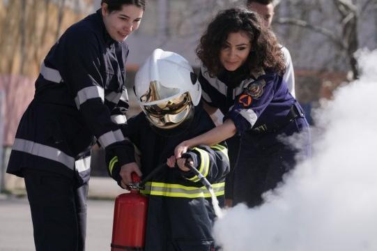 """В столичното 81 СУ: Деца помагаха при  """"спасяване"""" на пострадали от огъня,"""